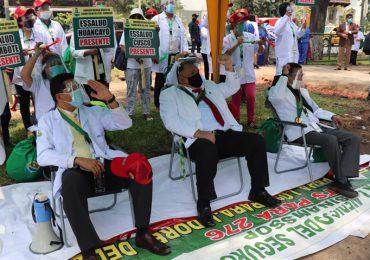 Secretario general del SINAMSSOP y cinco dirigentes se declararon en huelga de hambre exigiendo la salida de Molinelli de EsSalud