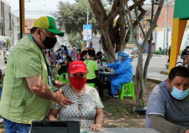 Decenas de personas son atendidas en Campaña Médica de Prevención del SINAMSSOP en el cruce de Av. Arequipa y jirón Risso en Lince
