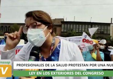 Profesionales de la salud protestan por una nueva Ley en los exteriores del Congreso