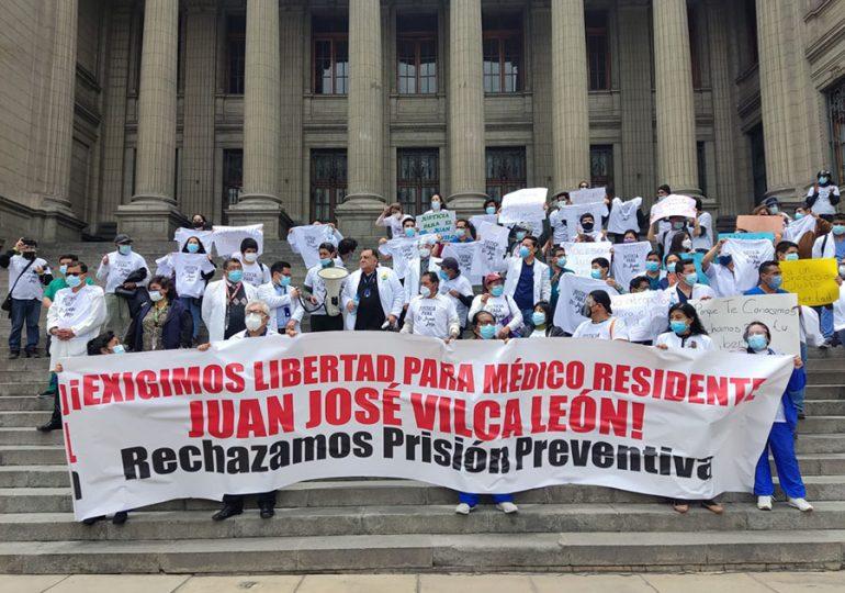 Secretario general del SINAMSSOP y médicos del hospital Rebagliati exigen libertad de residente Juan José Vilca León
