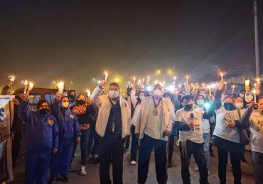 """Médicos de EsSalud realizaron anoche una vigilia de protesta en el penal """"Ancón 2"""" exigiendo la libertad del residente médico Juan José Vilca León"""